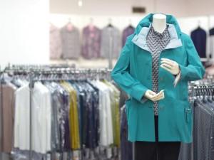 旬のお洋服・流行の先取りにお応え出来る様、豊富な品揃えでお待ちしております。(撮影場所:当組合 婦人服課内)